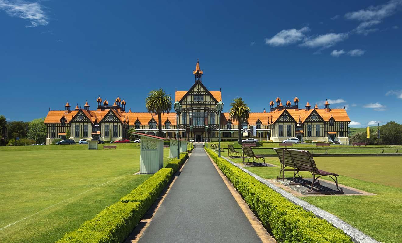 Construit dans le style Tudor, le musée de Rotorua a été agrandi récemment pour pouvoir accueillir des expositions temporaires.