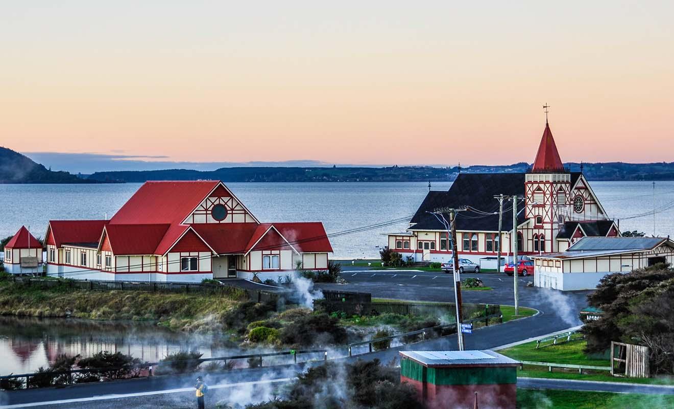 Rotorua est célèbre pour son odeur de souffre et ses colonnes de vapeur qui remontent à la surface même en centre-ville.