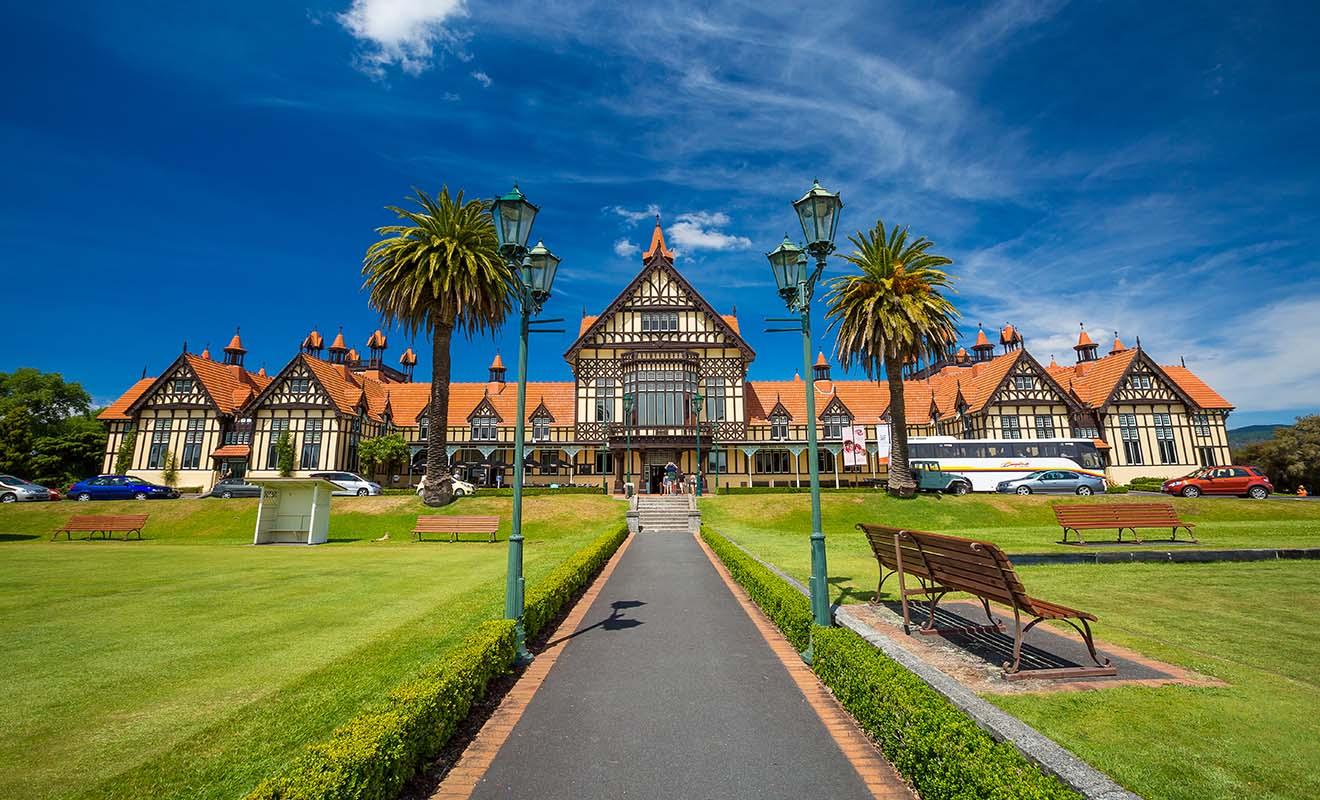 Le musée qui a été agrandi il y a quelques années présente l'Histoire des Maoris depuis les origines. Une part importante est consacrée aux rôles des Maoris durant la Seconde Guerre mondiale.