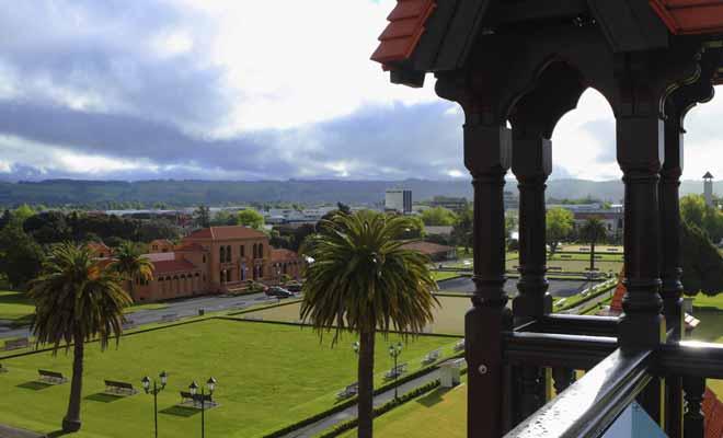Le musée de Rotorua est un petit musée dont les expositions sont néanmoins très réussies. À l'étage du musée, un joli belvédère permet d'admirer les jardins de Government Garden et le lac de Rotorua.