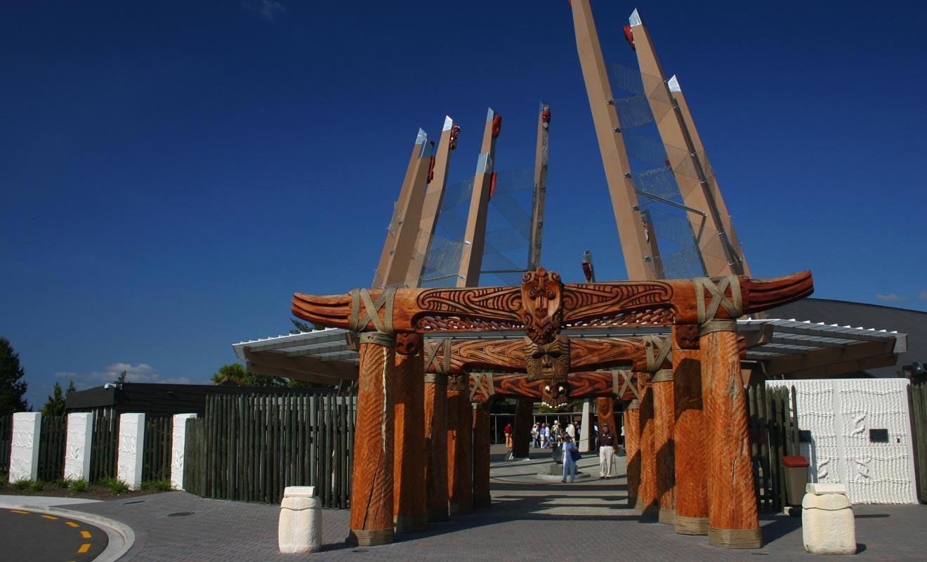 Le caractère authentique des spectacles maoris est loin de faire l'unanimité. Je considère que ce sont des spectacles et non des visites culturelles. Parler avec un Maori en personne ou visiter le musée Te Papa me semble plus intéressant.