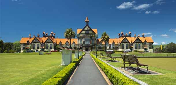 Rotorua était à l'origine une ville thermale et le célèbre musée de Rotorua était un centre de soin. Cette activité est loin d'avoir disparu et la région compte de nombreux instituts spécialisés.