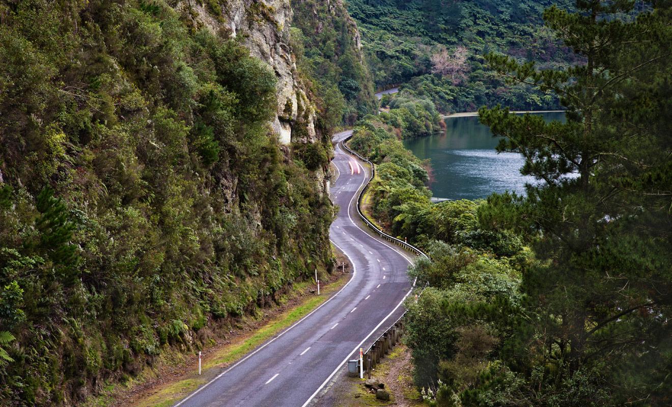 En dehors des grandes agglomérations aux heures de pointe, la Nouvelle-Zélande ne connaît pas les embouteillages et il n'est pas rare de conduire sans croiser de voitures sur la route.