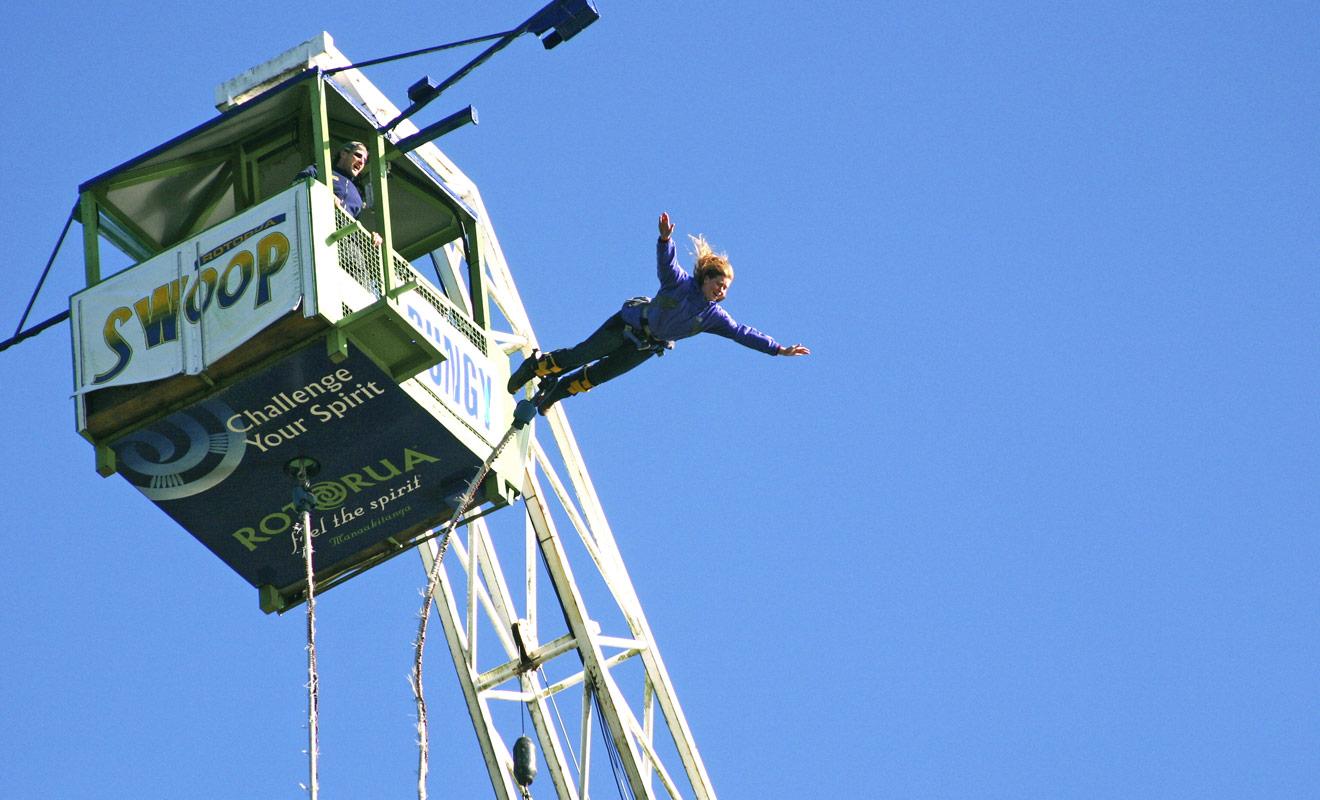 L'Agrodome de Rotorua est une base de loisir qui propose le saut à l'élastique. Le saut manque un peu de charme, mais c'est le moins coûteux de Nouvelle-Zélande.