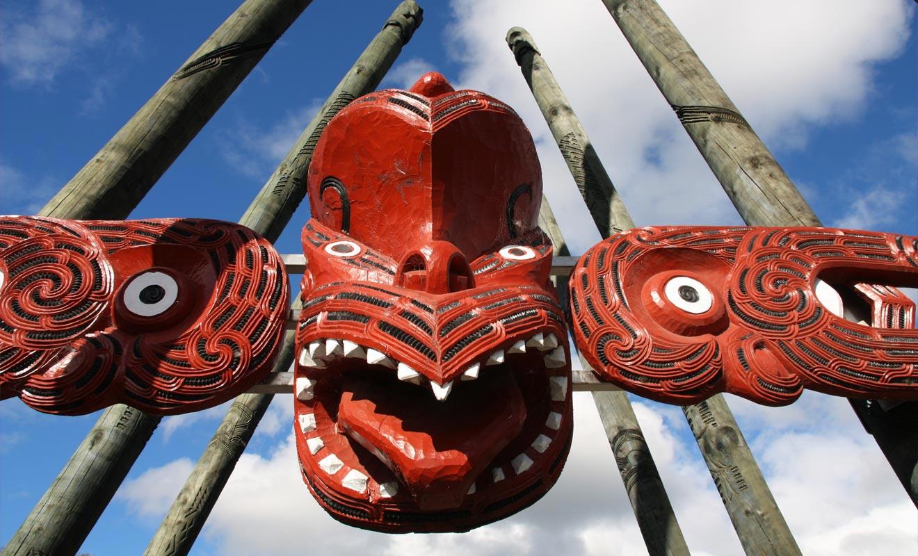 Avec ses parcs à thème, ses bases de loisir, ses forêts et ses lacs, Rotorua s'est imposée comme la principale destination touristique de l'île du Nord. La ville en elle-même propose un nombre important de motels à néons qui lui a valu le surnom de Roto Vegas.