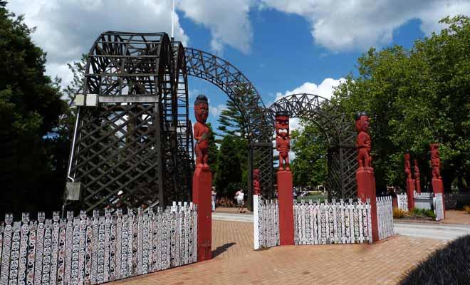 Les Tikis sont des totems peints en rouge qui indiquent l'entrée de « Paepaekumana », les jardins de Government Garden.