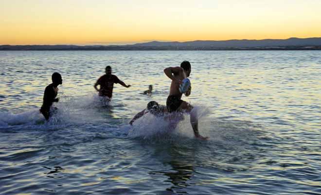 Si vous êtes passionné par le ballon ovale, ne manquez pas une occasion de jouer sur la plage ou de rejoindre une partie en cours.