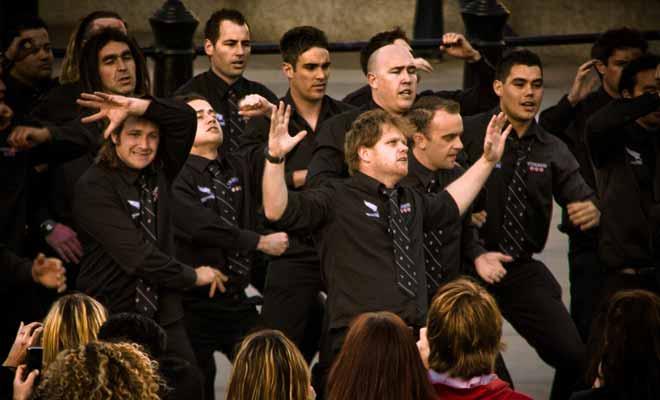 On enseigne le Haka dès la maternelle en Nouvelle-Zélande, et celui-ci occupe une part indissociable de la culture du pays. Le Haka n'est pas l'apanage du Rugby seul, mais de tous les sports d'équipes, et les supporters aussi savent l'exécuter avec brio.