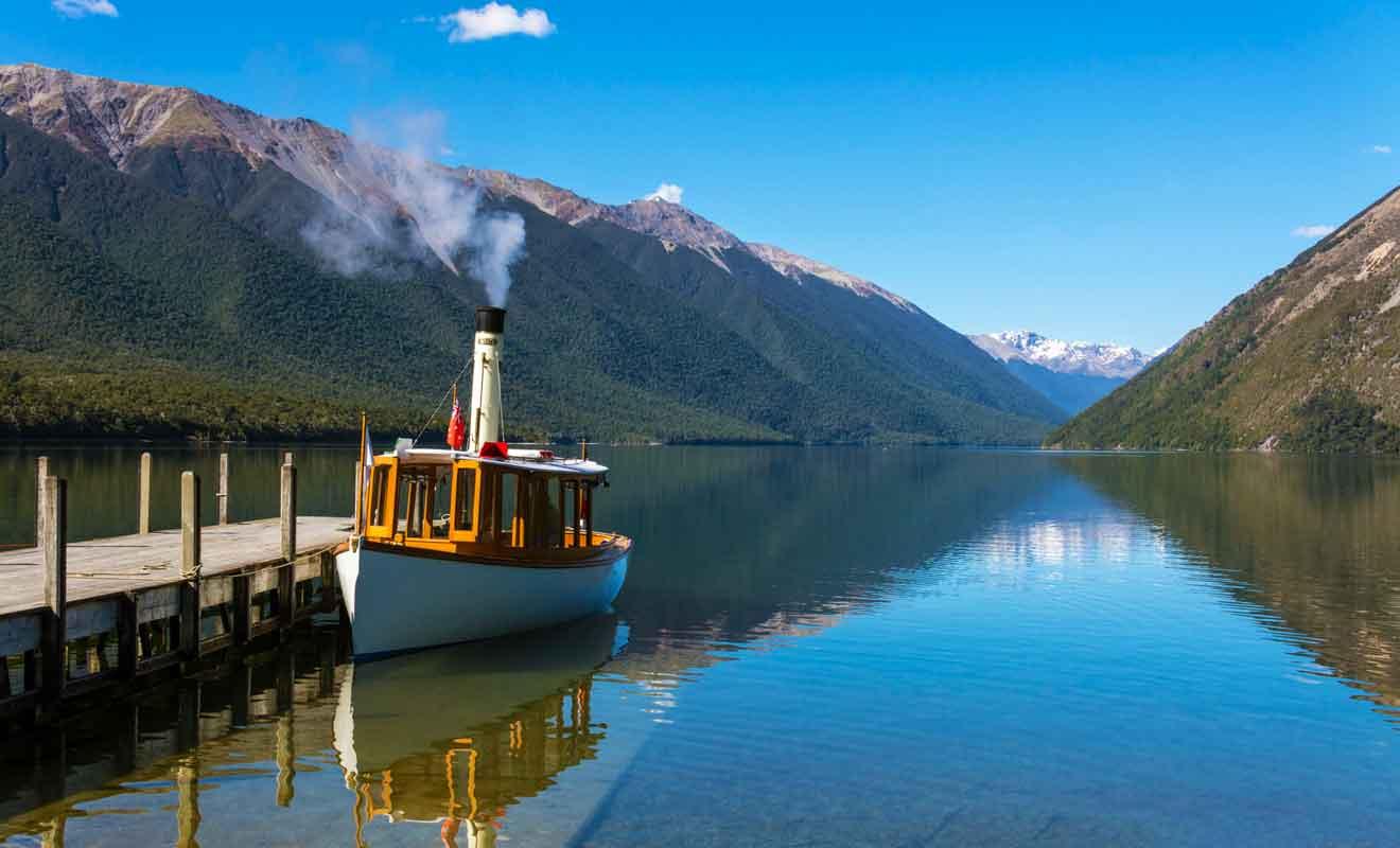 Vous pouvez emprunter des bateaux-taxis pour vous rendre de l'autre côté du lac.