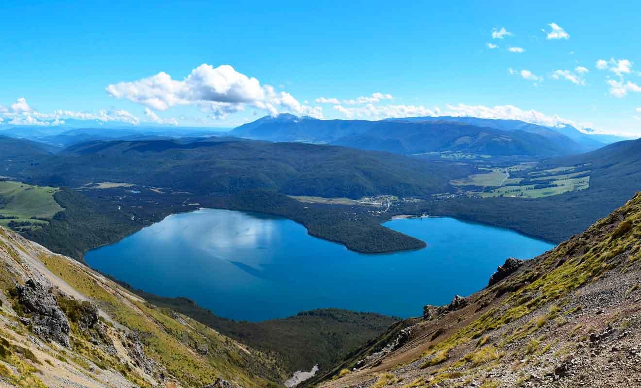 Suivez les randonnées alpine pour admirer le lac.