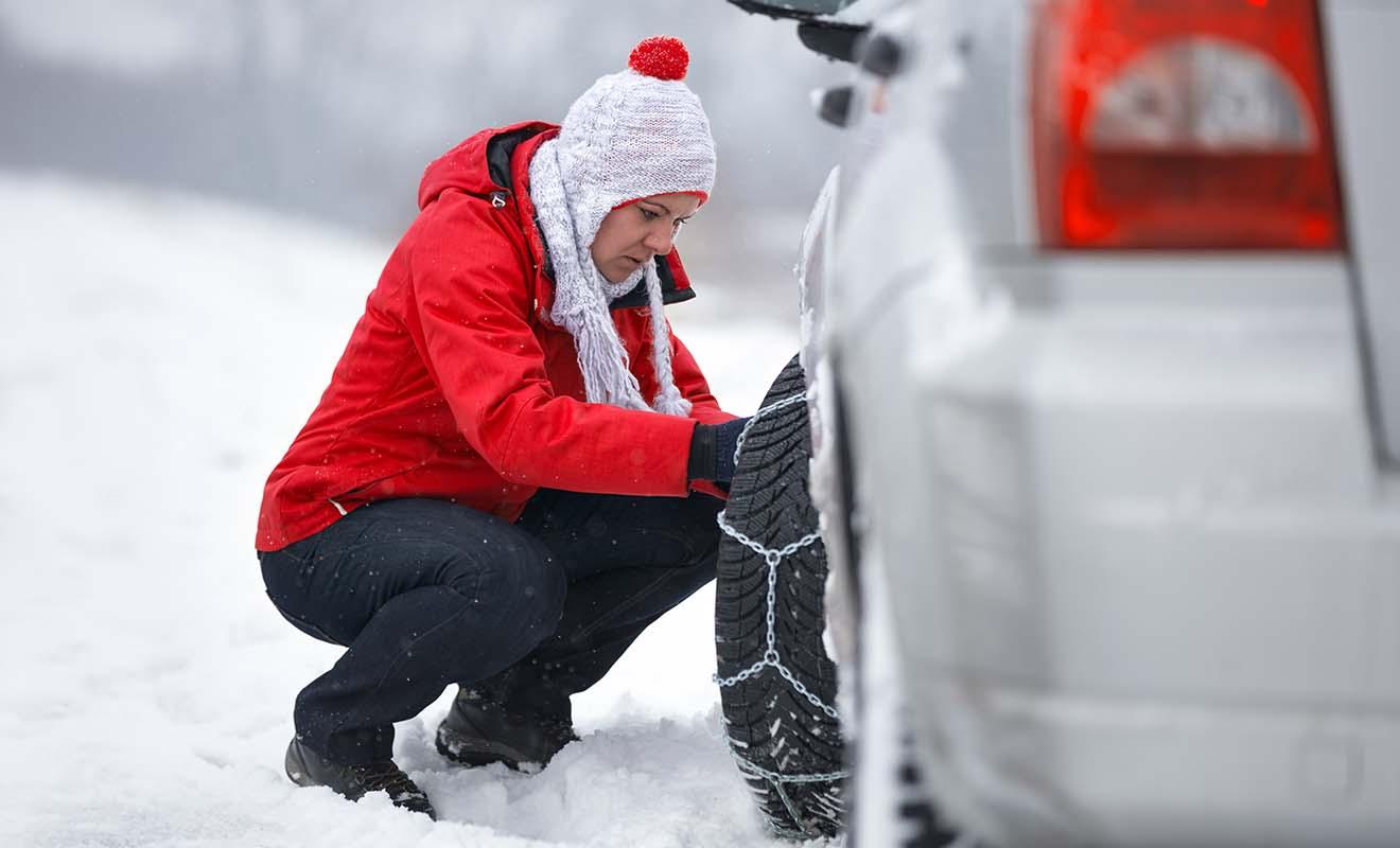 La pose des chaînes sur des pneus de voiture n'est pas difficile, mais vous avez de toute façon peu de chances d'avoir à le faire.