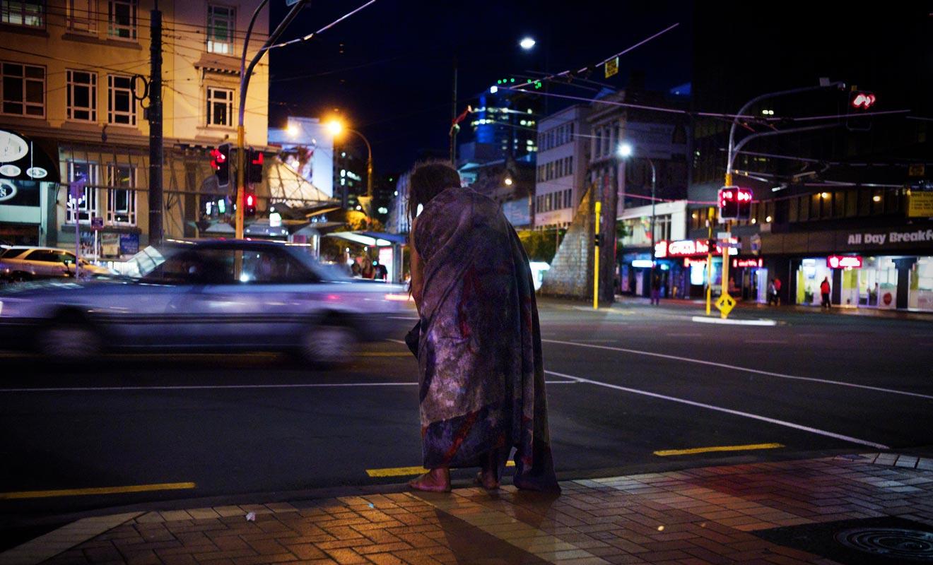 La beauté des paysages n'a pas chassé la pauvreté de Nouvelle-Zélande. Blanket man, un sans abris, à longtemps arpenté les rues de Wellington au point de devenir une figure locale.