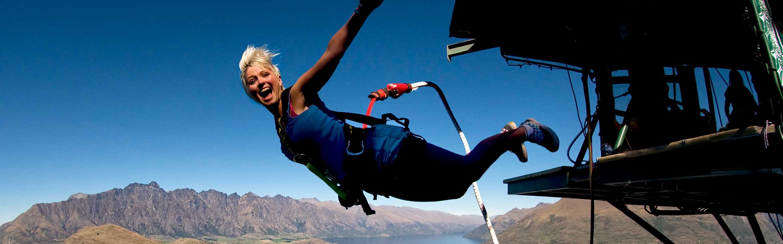 Femme qui saute à l'élastique