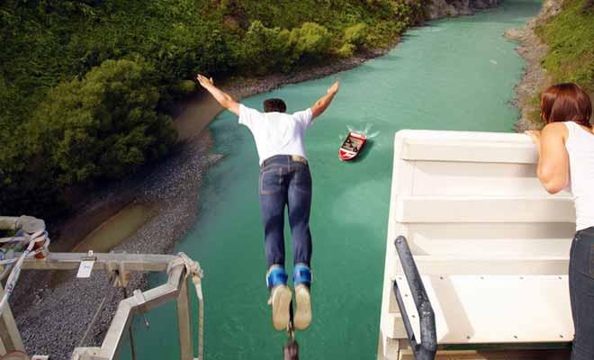 Petite station thermale à l'origine, Hanmer Springs propose de plus en plus d'activité à sensation, parmi lesquelles le jetboat et le bungy jumping sont les plus connues. Si vous désirez réaliser un saut dans le vide, c'est avec la compagnie Threelseekers qu'il faudra vous adresser.