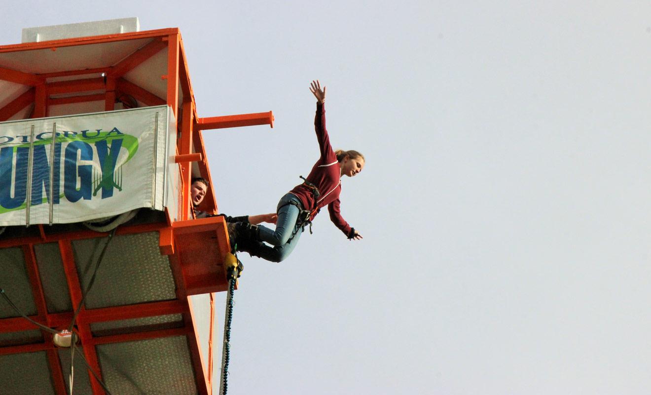 Et voici Julie au moment le plus intense de son saut à l'élastique à Rotorua !