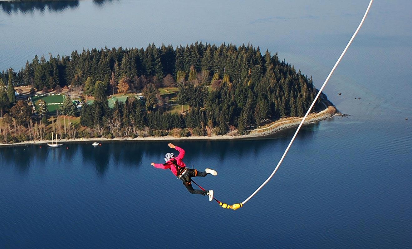 Le Néo-Zélandais Alan-John Hackett est souvent considéré comme l'inventeur du saut à l'élastique.