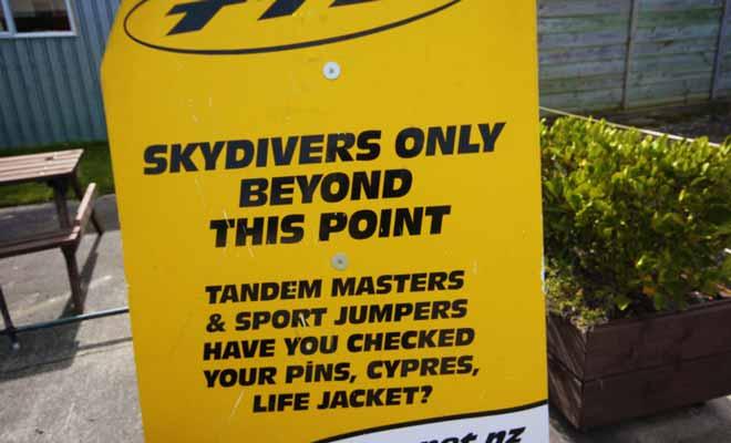 La plupart des compagnies de saut en parachute de Nouvelle-Zélande fixent le poids limite à 100 kg par personne, car vous sauterez en tandem !