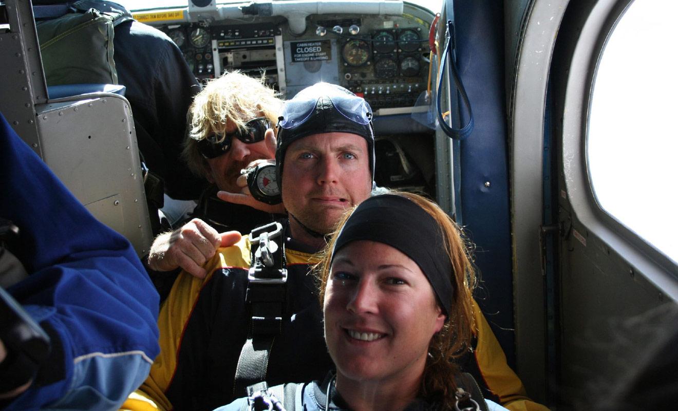 Vous n'avez aucune raison d'avoir peur, car lors d'un saut en tandem vous ne serez pas en charge des manoeuvres délicates comme l'ouverture du parachute et l'atterrissage.