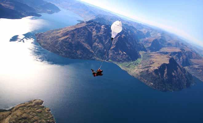 Si votre budget le permet, réalisez votre saut de la plus haute altitude possible afin de maximiser la durée de la séquence en chute libre. Quitte à sauter en parachute, autant dépenser 50 $ de plus pour en profiter vraiment.