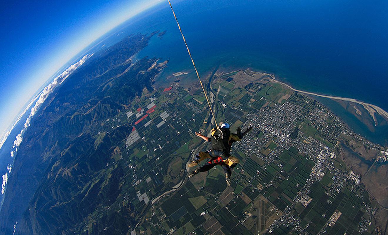 La Nouvelle-Zélande est sans doute le meilleur pays de la planète pour faire son baptême de parachute, car les paysages sont de loin les plus spectaculaires au monde.