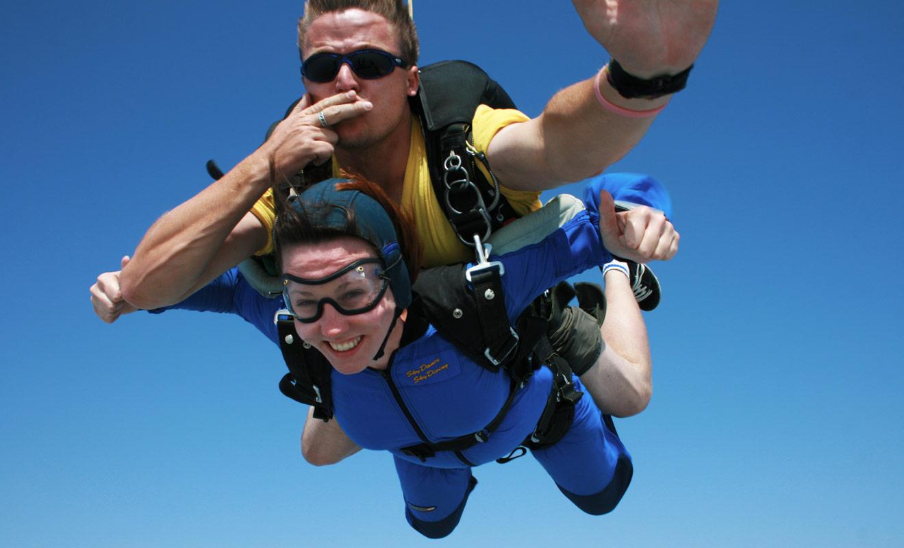 Les baptêmes de saut en parachute se déroulent toujours en tandem. Vous sauterez en étant attaché à un moniteur qui prendra en charge toute la manoeuvre (ouverture du parachute et atterrissage).