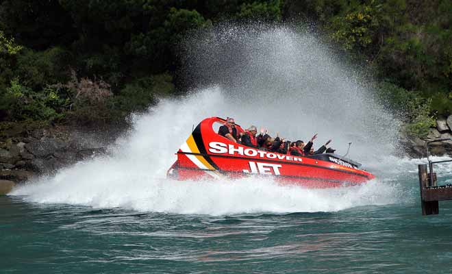 The jet boat achieves of 80 km / hspeed on the water and the powerful wind blowing on the passengers would take off the hats. On the other hand, passengers can keep their glasses, but they get wet fast.