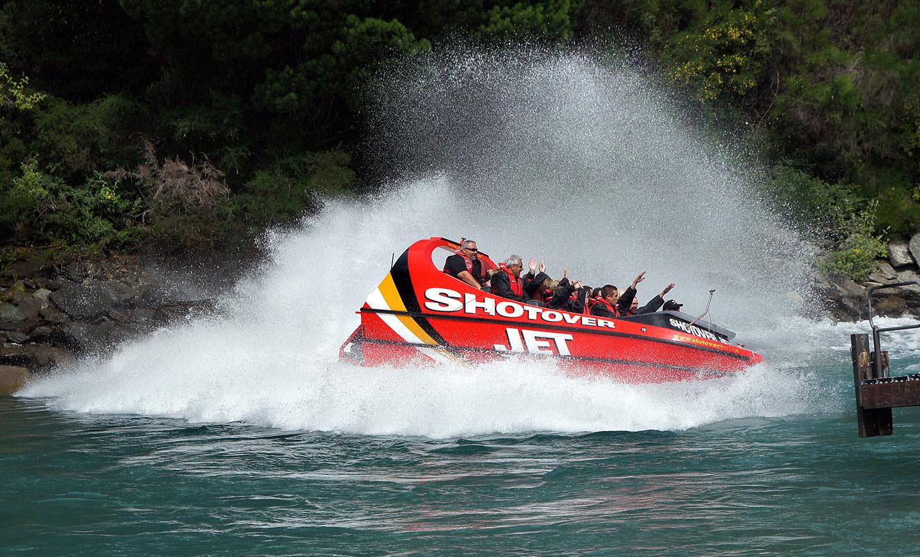 Le jet boat réalise des pointes de vitesse à 80 km/h sur l'eau et le vent puissant qui souffle sur les passagers ferait s'envoler les chapeaux. Les passagers peuvent en revanche garder leurs lunettes, mais elles risquent d'être mouillées.
