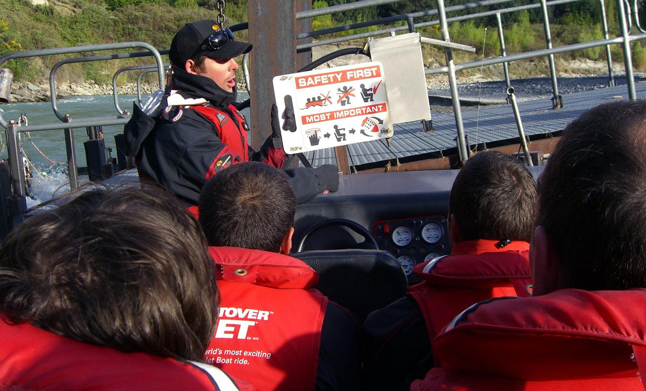 Avant chaque sortie en jet boat, le pilote explique les consignes de sécurité aux passagers. Des règles à respecter qui se résument à ne pas mettre les bras en dehors du jet boat et à rester assis en se tenant à la barre.