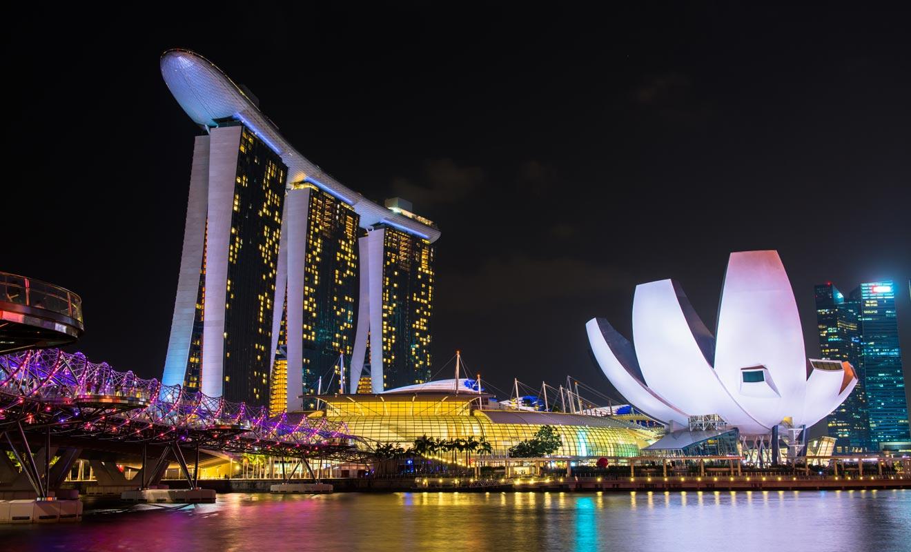 Marina Bay Sands est un grand complexe hôtelier qui comporte une piscine au sommet de ses trois tours. Avec les illuminations multicolores à la nuit tombée, la vue est spectaculaire.