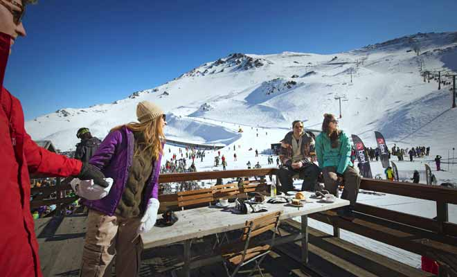 Les domaines skiables sont répartis sur les deux grandes îles de Nouvelle-Zélande, surtout au centre de l'Île du Nord ou dans la région de l'Otago de l'Île du Sud.