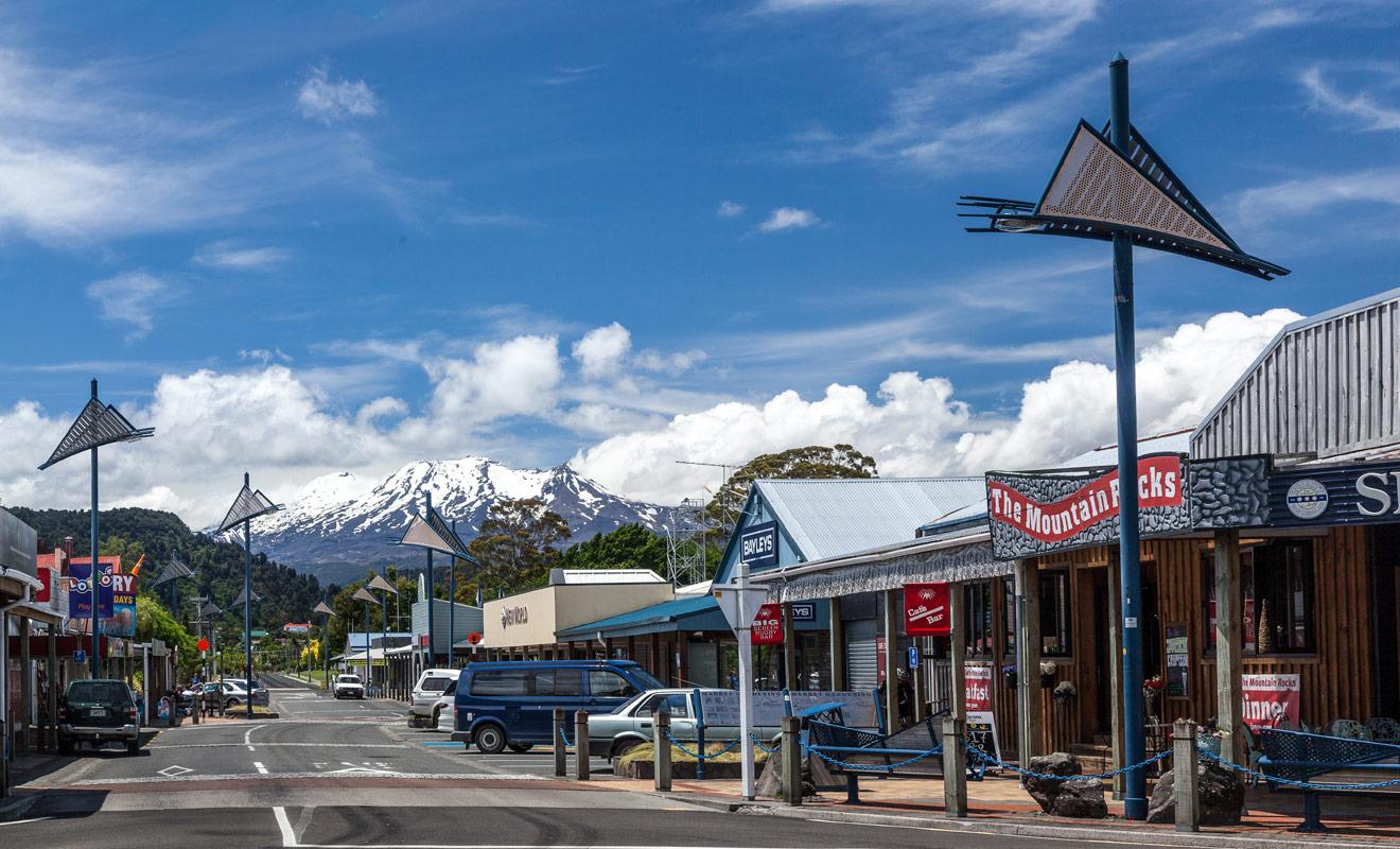 Pour venir skier au mont Ruapehu, il est préférable de se loger au village d'Ohakune où l'on trouve également de nombreuses boutiques de ski et des restaurants.