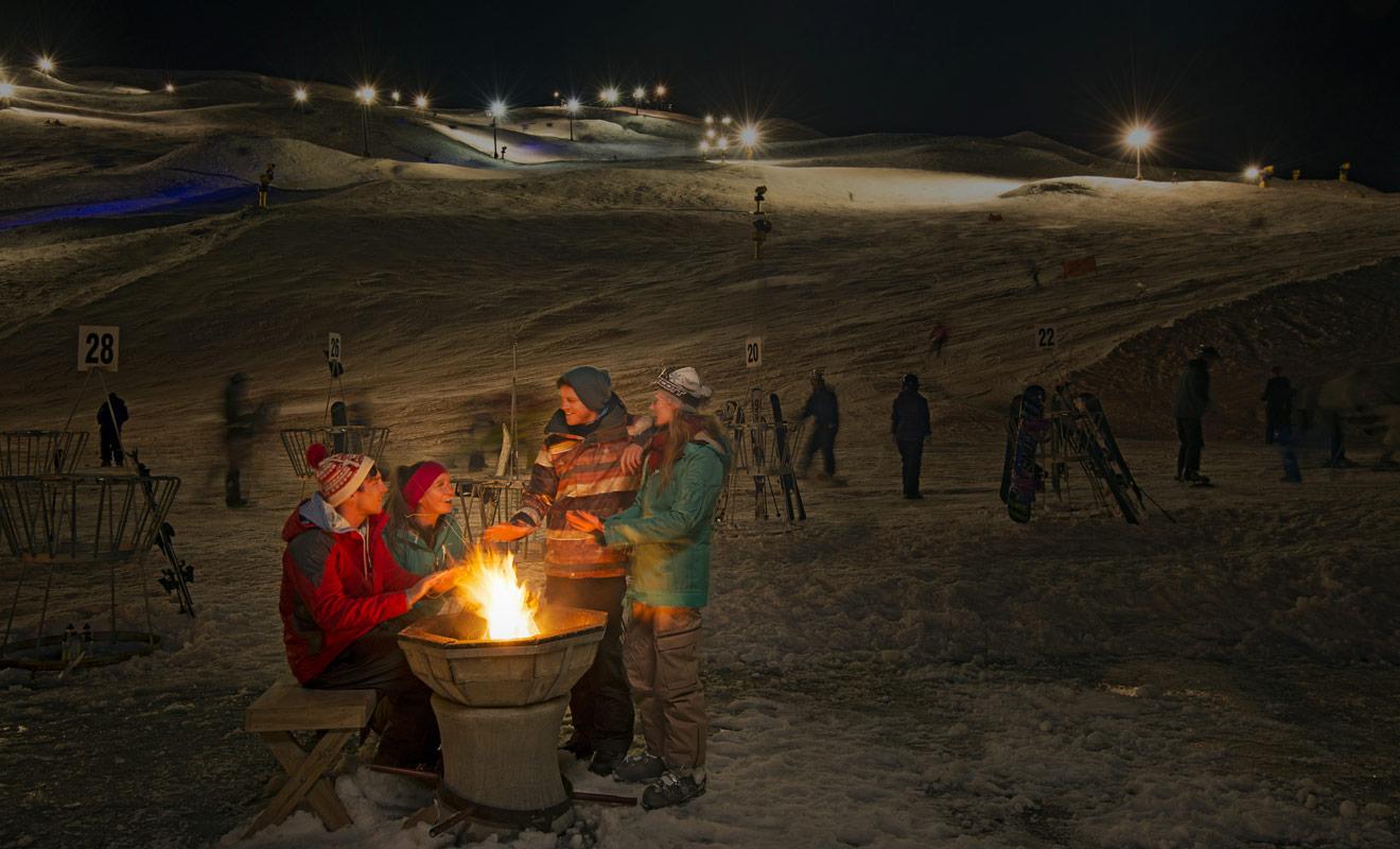 Durant la saison de ski, la station de Coronet Peak reste ouverte en soirée jusqu'à 21h grâce à l'éclairage des pistes, les vendredis et samedis soirs.