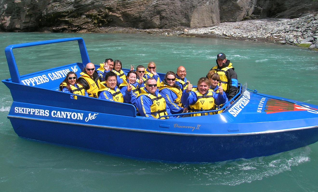 Pour rejoindre le point d'embarquement de Skipper Canyon Jet, vous devrez emprunter une navette qui longe un précipice. Vous aurez également l'opportunité de visiter un petit musée consacré à la ruée vers l'or.