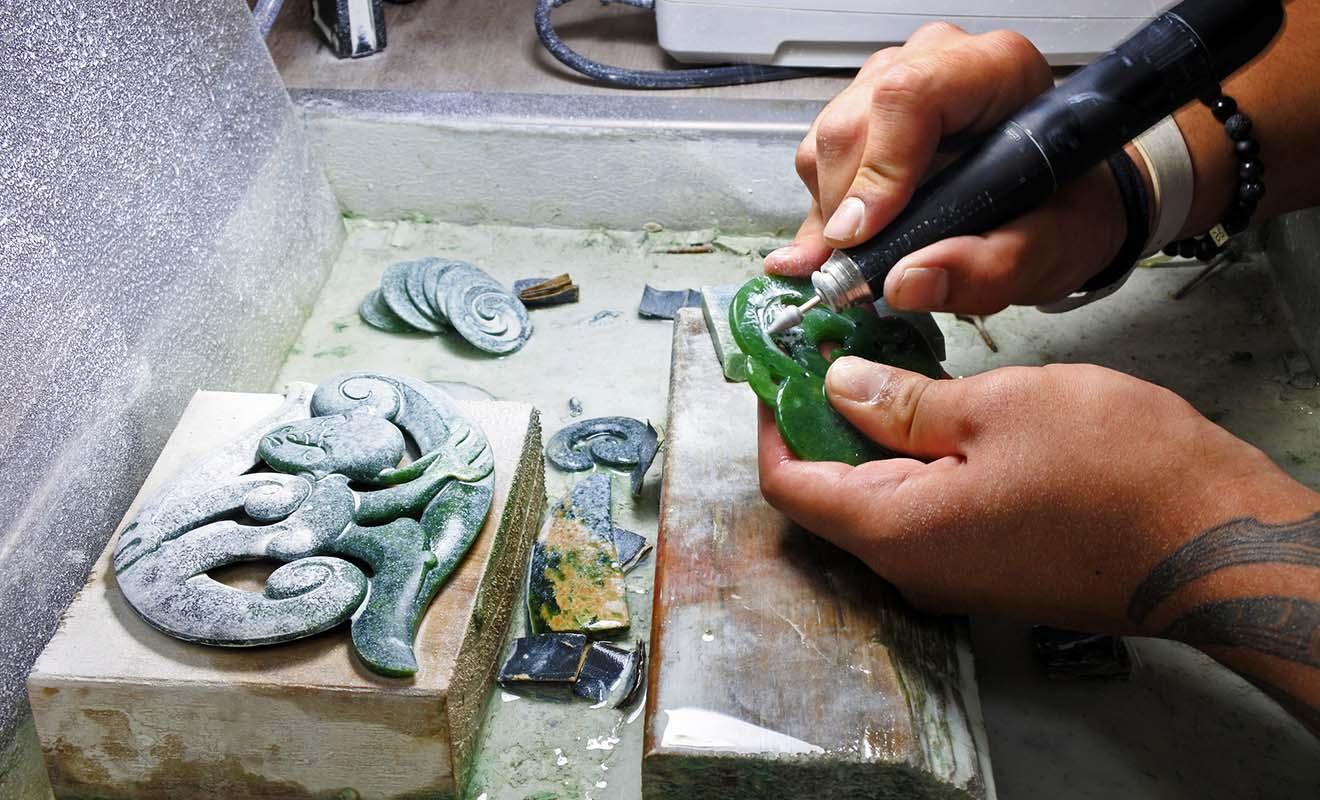 Les vrais bijoux en pounamu coûtent chers car ils sont difficiles à fabriquer, et il s'agit d'objets précieux.