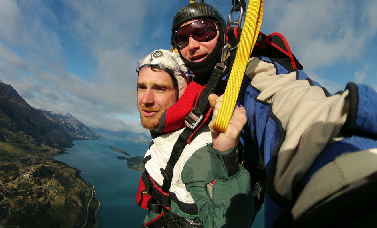 Beaucoup en parlent, mais peu de voyageurs osent le saut en parachute. Pourtant, ce ne sont pas les occasions qui manquent en Nouvelle-Zélande ou cette activité est très populaire.