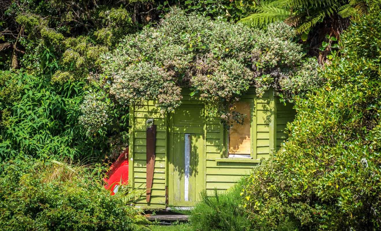 Quelques Néo-Zélandais fortunés possèdent de petites maisons de vacances sur l'île.