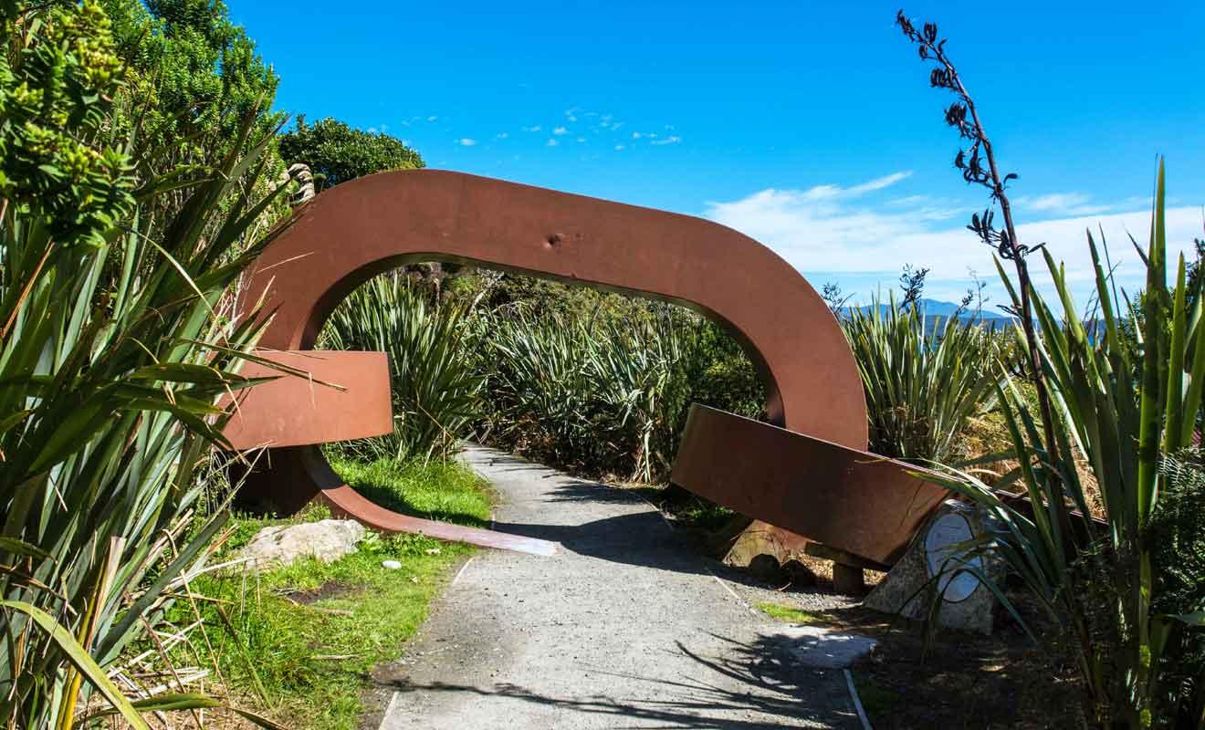 Imaginée par l'artiste Russll Beck, cette chaîne évoque la légende maorie du dieu Maui.