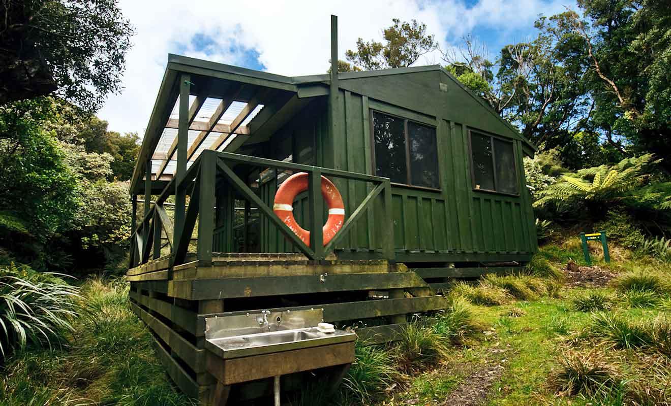 Les huts sont payantes et doivent être réservées avant le départ.