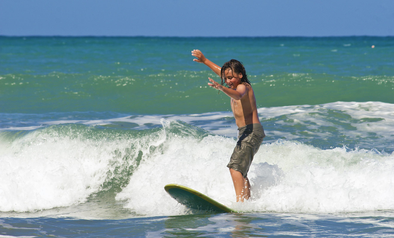 Il n'y a pas d'âge pour apprendre à surfer et contrairement à ce que l'on pense parfois, le surf est en réalité un sport populaire et bon marché.