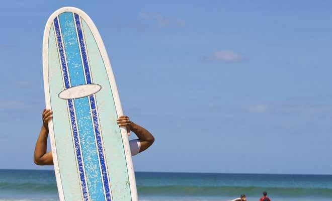 Si vous n'avez jamais surfé de votre vie, il est recommandé de prendre des leçons et de suivre les recommandations du moniteur pour choisir sa planche.