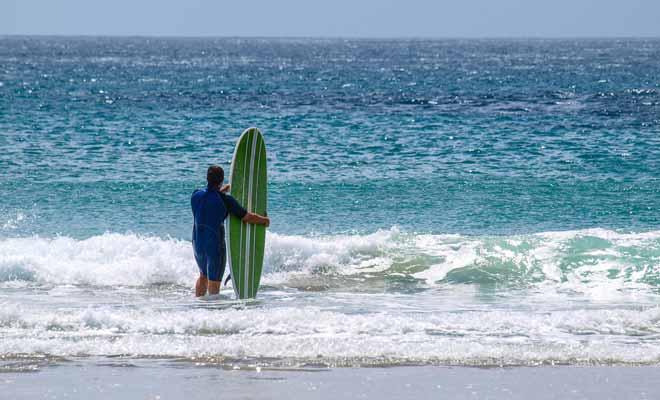 Apprendre le surf tout seul est bien entendu possible à condition de pratiquer très régulièrement. Si vous souhaitez faire des progrès rapides, il vaut mieux s'inscrire à des leçons avec un véritable professeur.