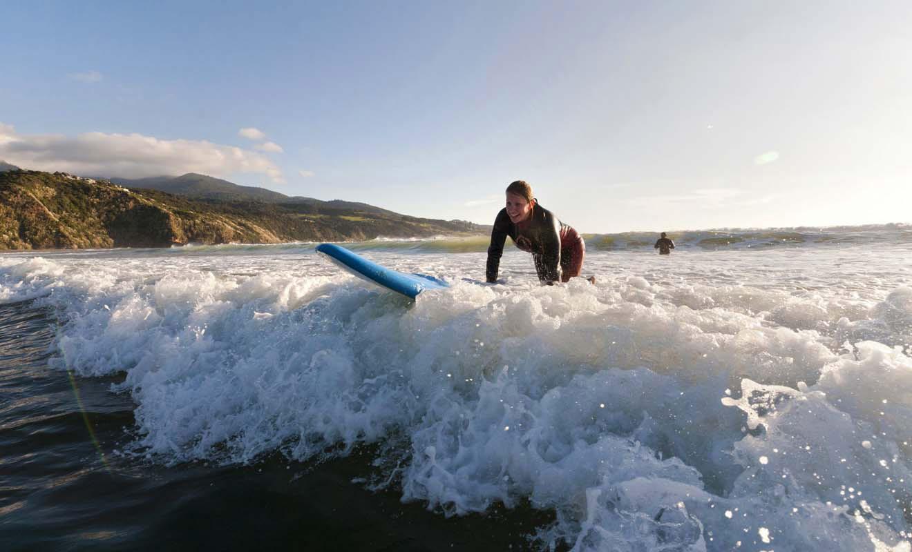 Il est d'autant plus facile d'apprendre à surfer chez les Kiwis que l'on compte un nombre impressionnant d'écoles de surf dans tout le pays, notamment à Raglan et à Dunedin.