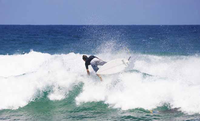 Les principaux accidents en surf sont dus à des chocs entre le surfeur et sa planche. C'est pour cette raison que les débutants prendront des leçons avec des planches spéciales en mousse.