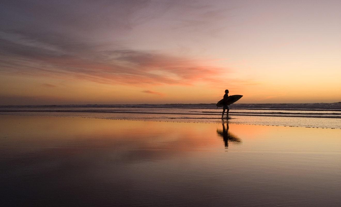 Quitte à voyager à l'autre bout du monde, autant en profiter pour pratiquer des sports que l'on n'a pas l'habitude de pratiquer le reste de l'année. Le surf fait partit de ces disciplines qu'il faut essayer au moins une fois dans sa vie.