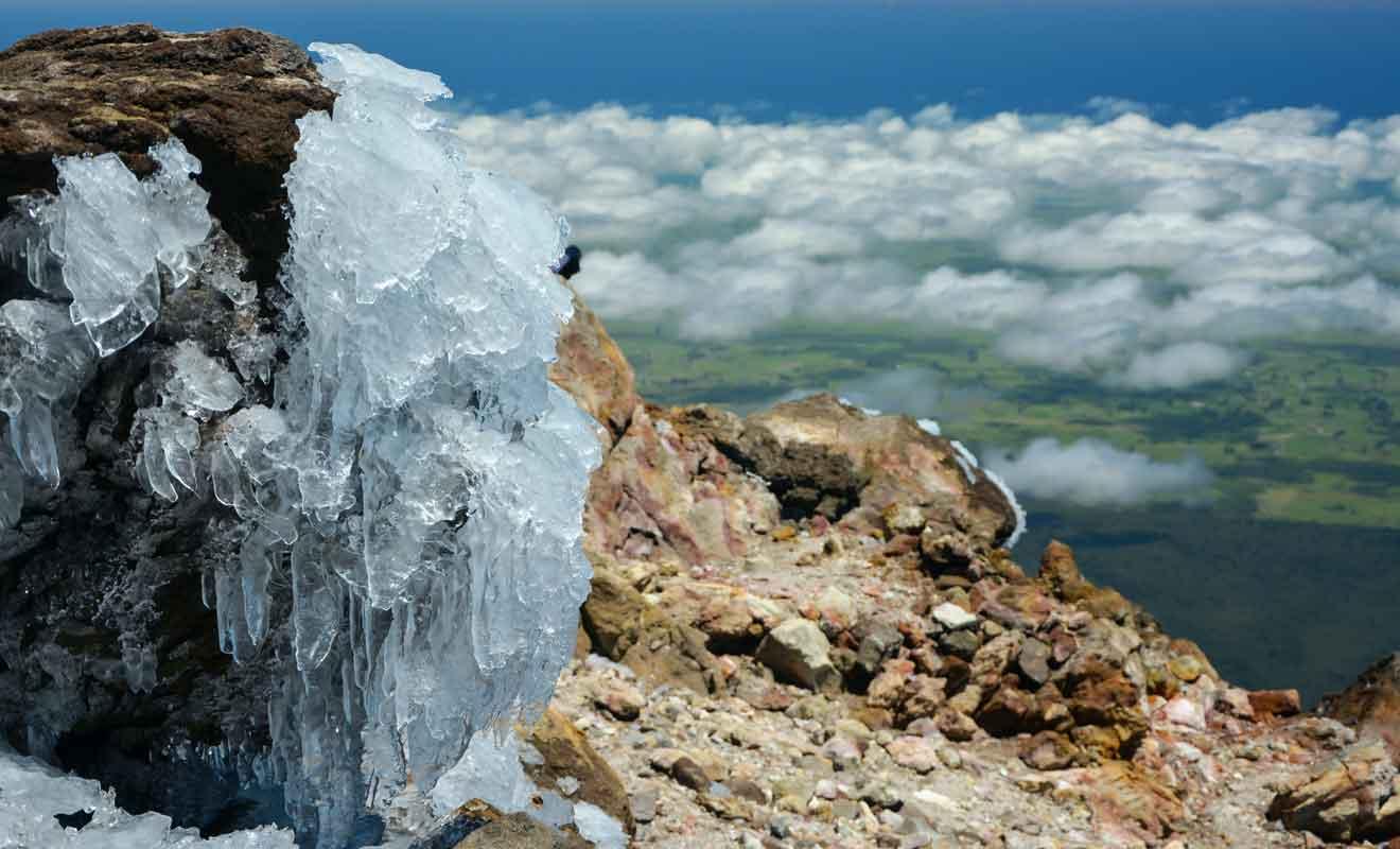 Glace et neige au sommet du volcan.