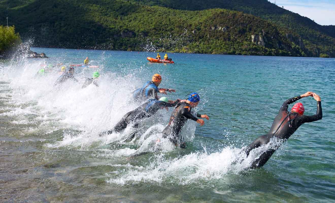 Chaque année, des nageurs professionnels réalisent la traversée du lac sur 40 km !