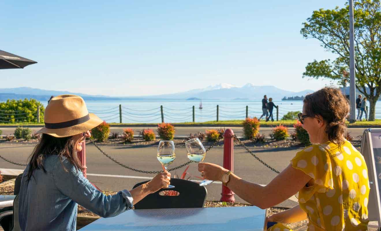 Même si vous êtes seulement de passage, prenez le temps de vous arrêter à une terrasse de café pour prendre un verre en admirant le lac.