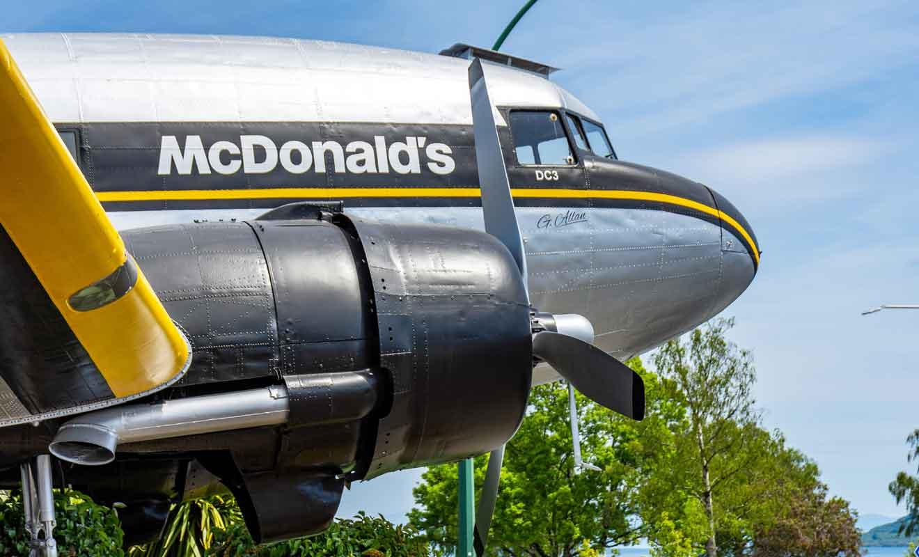 Le DC3 qui accueille les clients du fast-food est un avion de la Seconde Guerre mondiale.