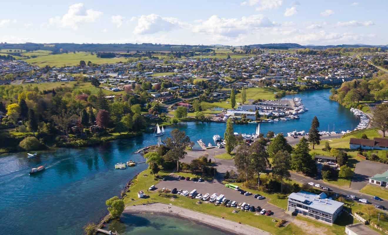 La plupart des voyageurs qui se rendent à Rotorua ou au Tongariro Crossing passent par Taupō.