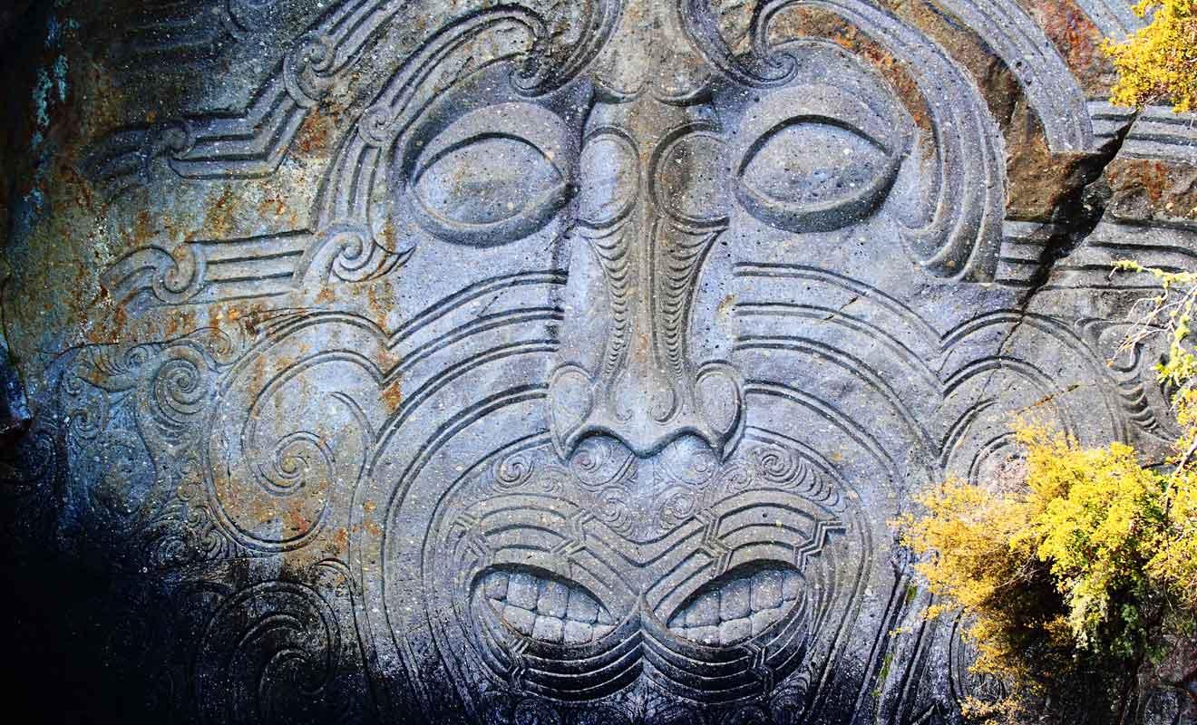 Le visage est supposé protéger la population contre la colère du volcan.